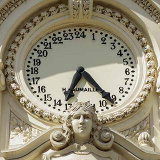 Décor pour votre tournage : cadran de l'horloge 24h rue d'Alsace-Lorraine