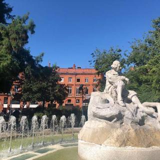 Décor pour votre tournage : la fontaine et la statue de la place Wilson