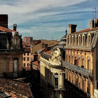 Décor pour votre tournage : horloge 24h rue d'Alsace-Lorraine à Toulouse