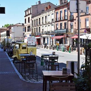 Décor pour votre tournage : petite place de quartier à Toulouse