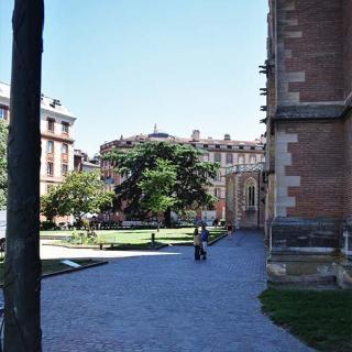 Décor pour votre tournage : le square Saliège à côté de la cathédrale