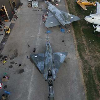 Décor pour votre tournage : collection d'avions militaires