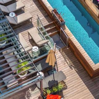 Décor pour votre tournage : piscine sur le roof top