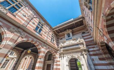Décor pour votre tournage : la cour Henri IV du Capitole