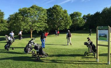 Décor pour votre tournage : golf training center, green école
