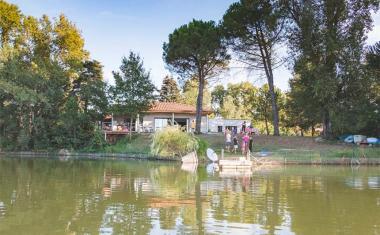 Décor pour votre tournage : une maison au bord du lac