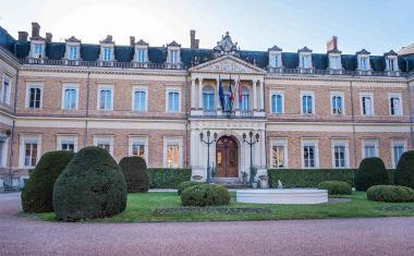 Décor pour votre tournage : la cour d'honneur du Palais Niel