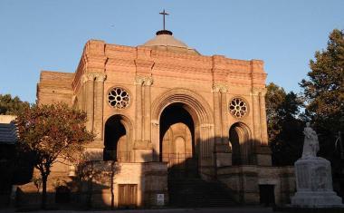 Décor pour votre tournage : la palce et l'église Saint-Aubin