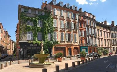 Décor pour votre tournage : la place Sainte-Scarbes et sa fontaine