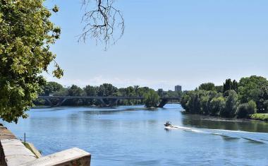 Décor pour votre tournage : le pont Saint-Michel et la Garonne