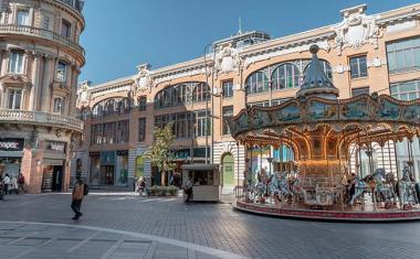 Décor pour votre tournage : la rue d'Alsace-Lorraine et ses grands magasins